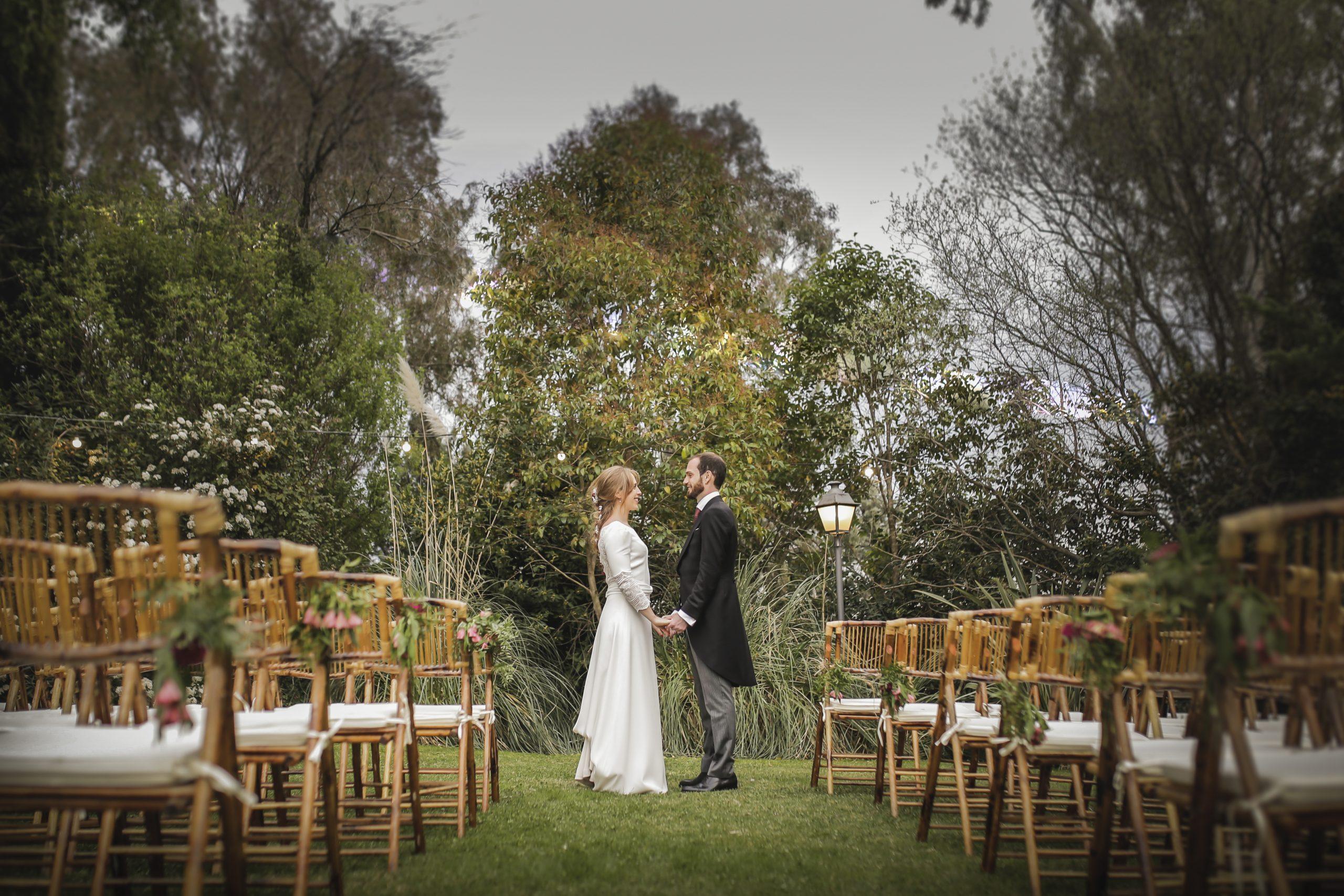 Novios casándose al aire libre