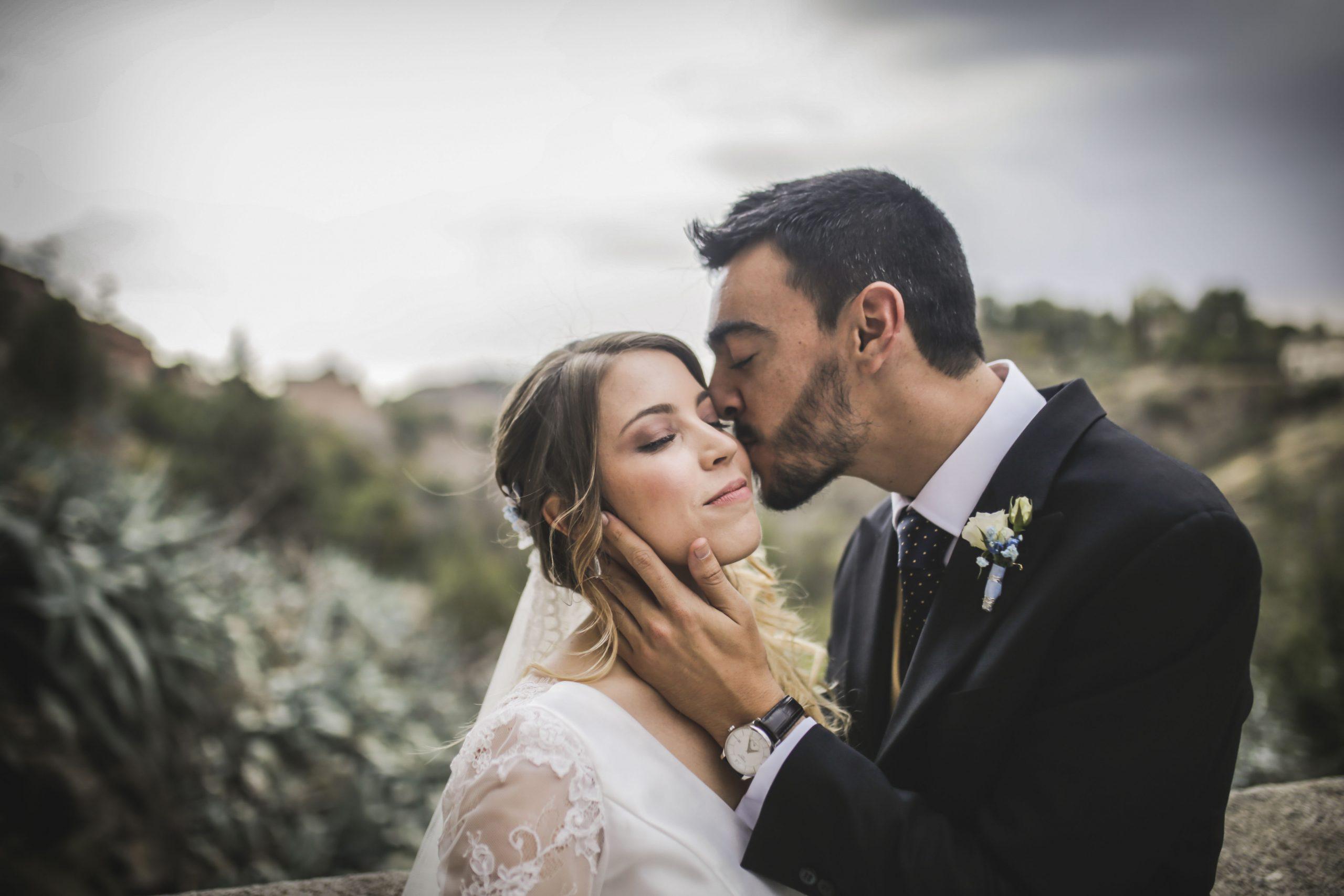 Novio besando a la novia en su boda