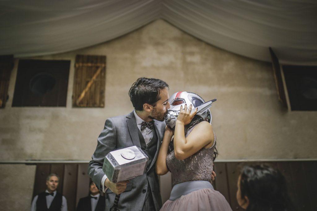 Novios disfrazados de súper héroes en el baile de boda