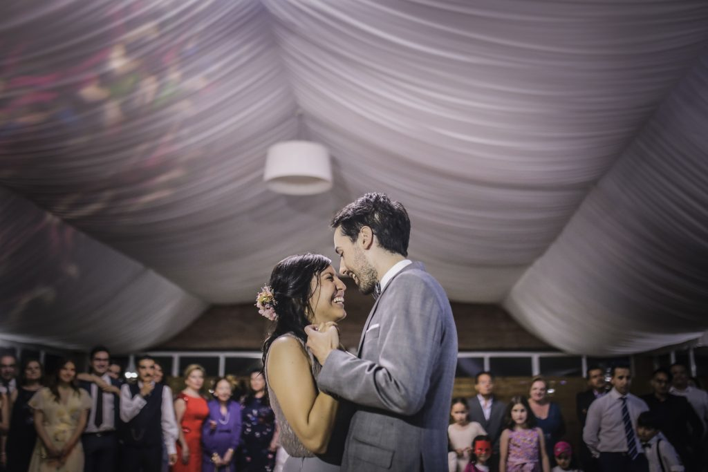 Novios agarrados durante el baile de boda